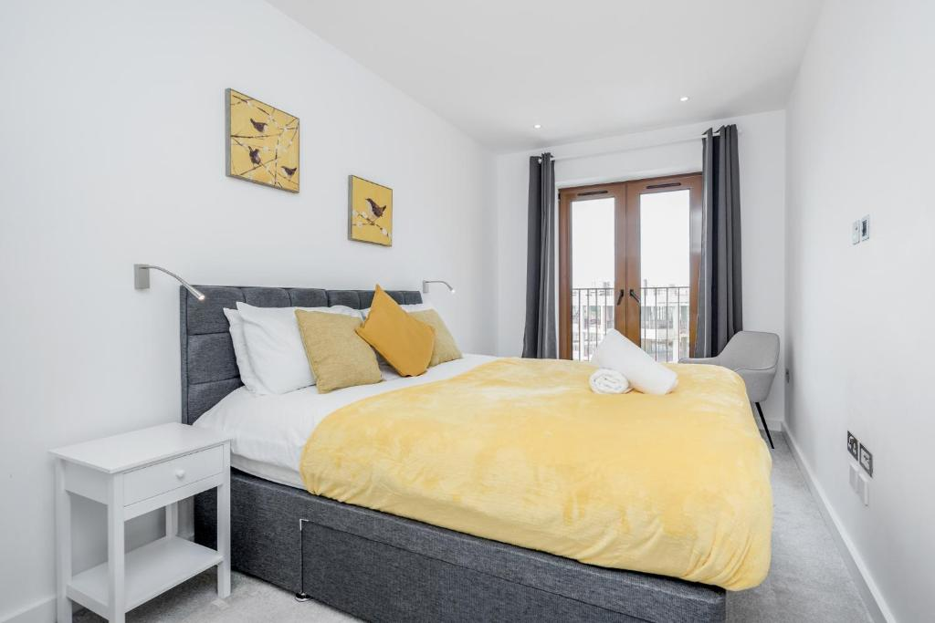 A bed or beds in a room at Deluxe 2 Bedroom St Albans Apartment - Free WiFi & Parking
