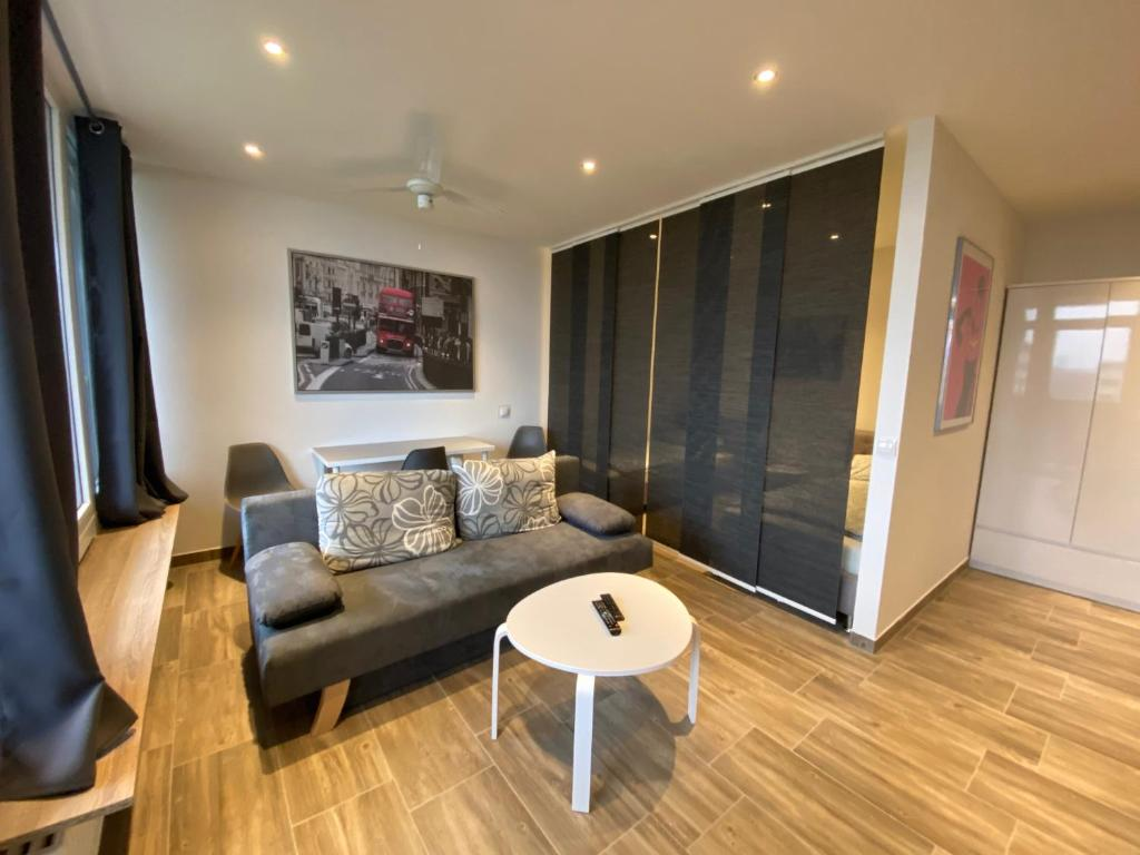 A seating area at Modernes Apartment Duisburg Homberg