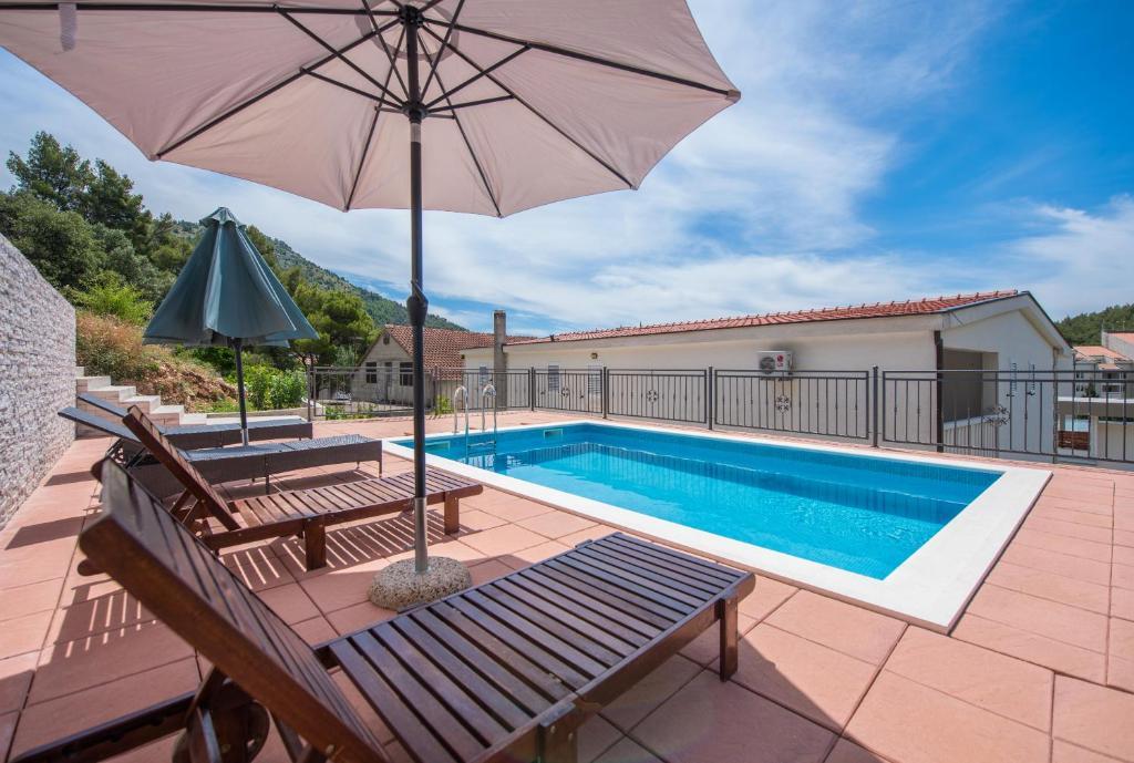 Bazén v ubytování Apartmani Petracie nebo v jeho okolí
