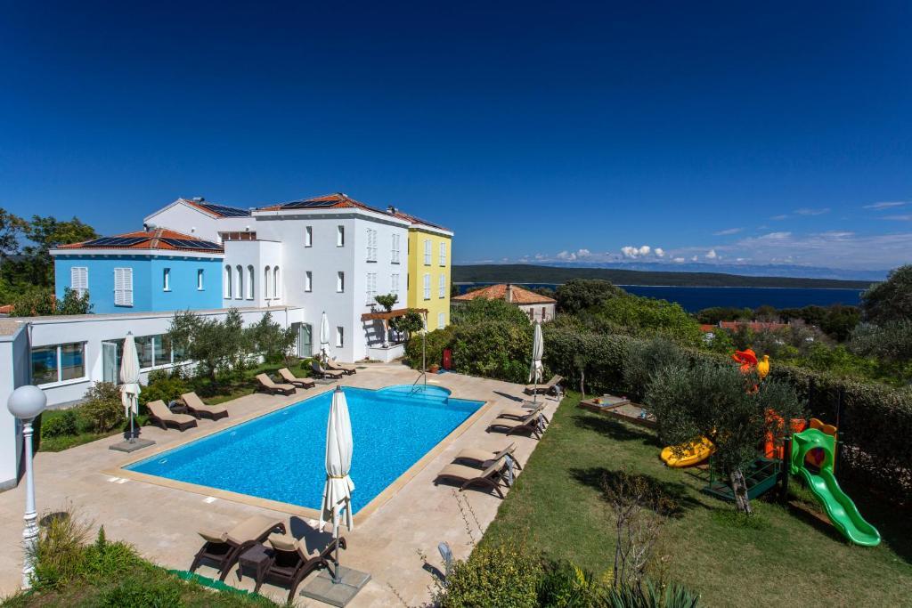 Ein Blick auf den Pool von der Unterkunft Family Resort Hotel Manora 4 Stars oder aus der Nähe
