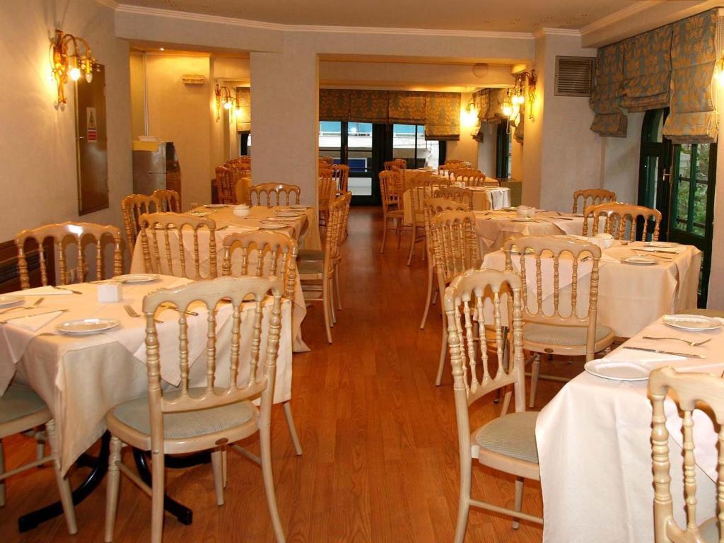 Un restaurante o sitio para comer en Delphi Art Hotel