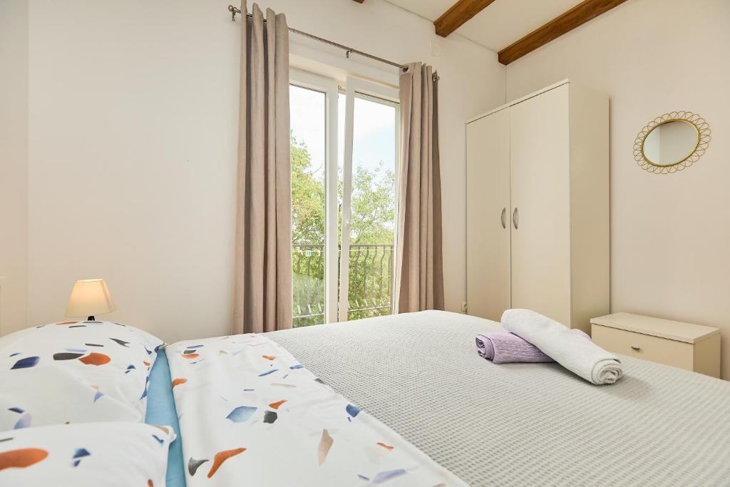A bed or beds in a room at Santa Barbara Mljet apartment