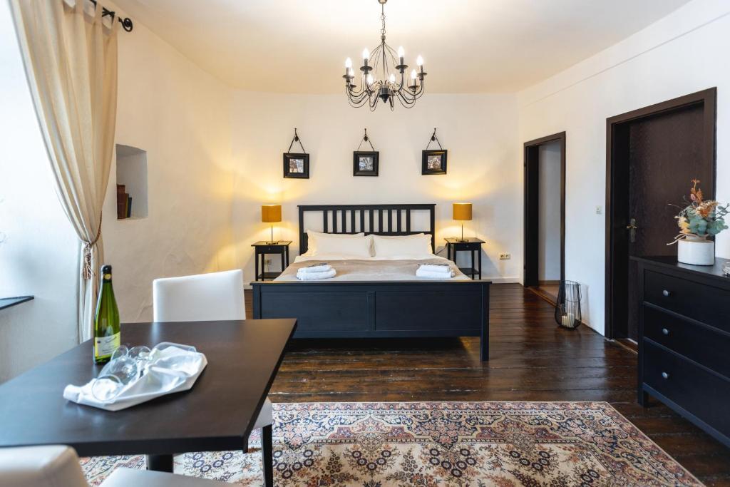 Letto o letti in una camera di Zur Alten Weinkelter - bezauberndes Fachwerkhaus aus der Spätgotik - 500 Jahre alt