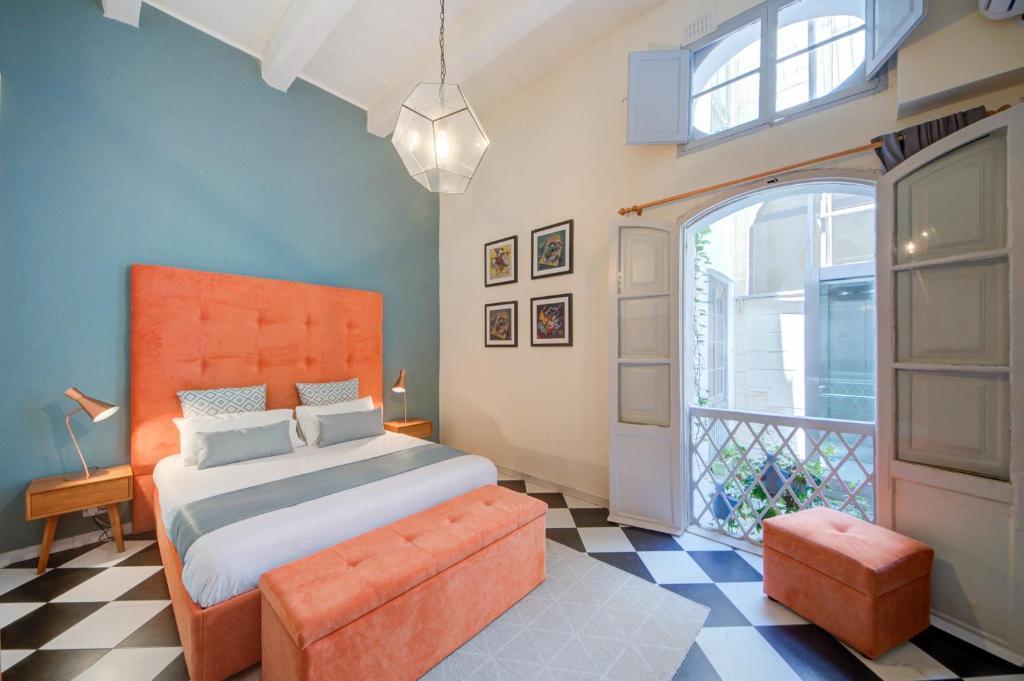 Uma cama ou camas num quarto em The House in Old Mint Street