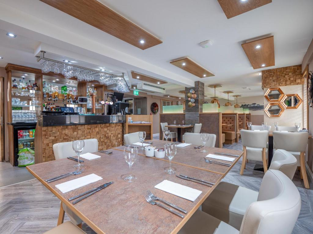 A restaurant or other place to eat at Blackbull hotel