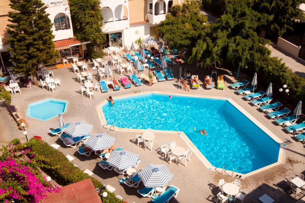 Ein Blick auf den Pool von der Unterkunft Kassandra Hotel oder aus der Nähe