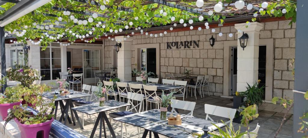 A restaurant or other place to eat at Guest House Kolarin