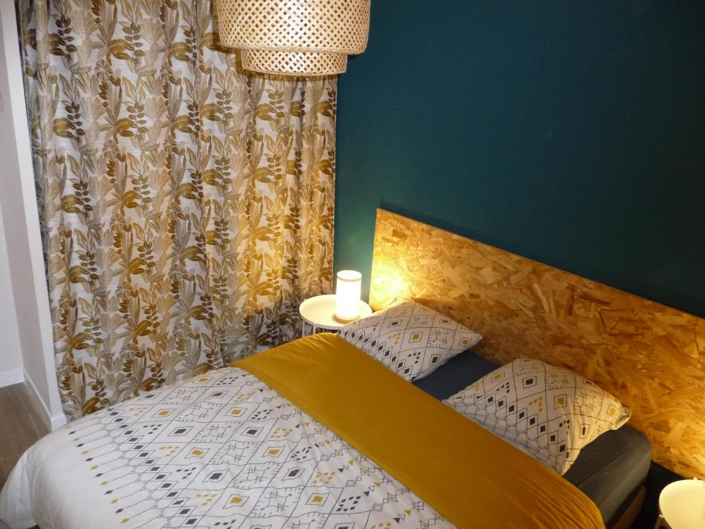 A bed or beds in a room at Hirondelles
