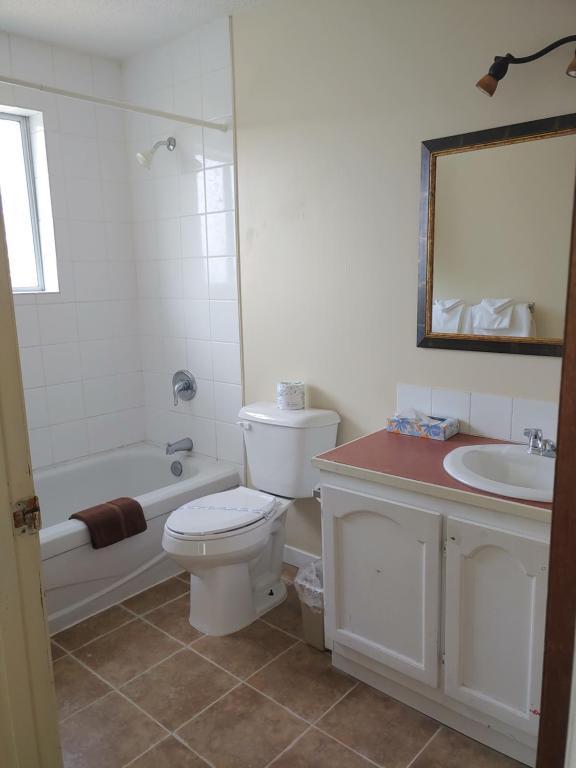 A bathroom at Sunnycrest Motel