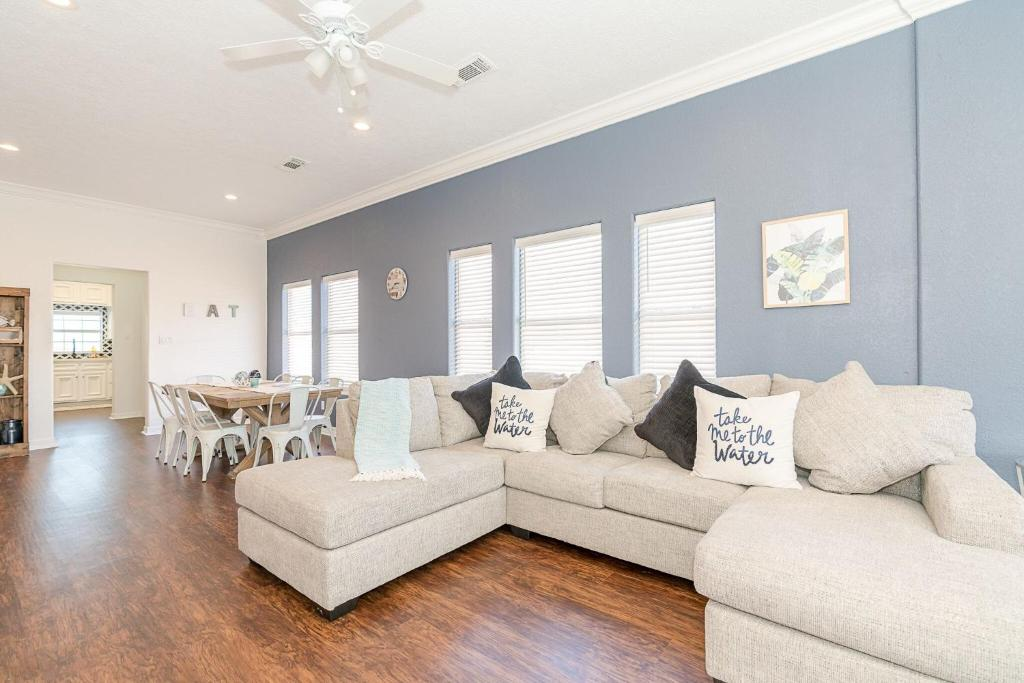 A seating area at Beyond the Blue Fabulous Beach House close to Seawall and Pleasure Pier