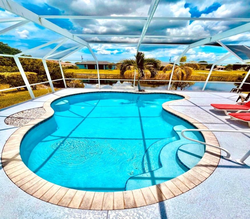 Der Swimmingpool an oder in der Nähe von Riverview House with Pool ID99492