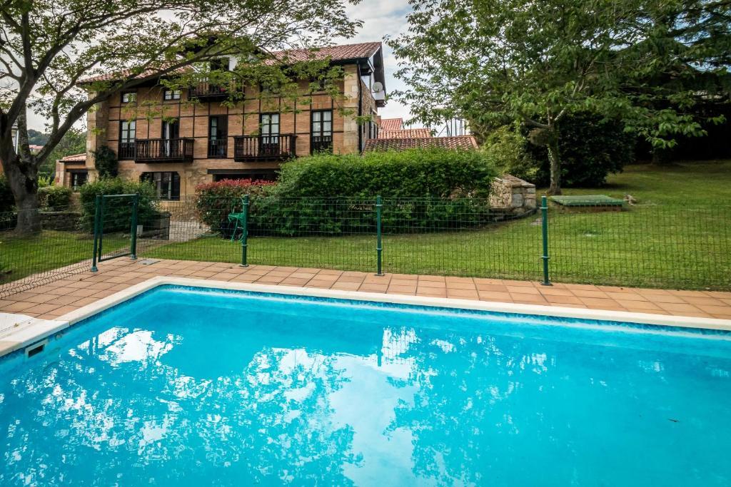 The swimming pool at or near Espectacular casa montañesa con piscina