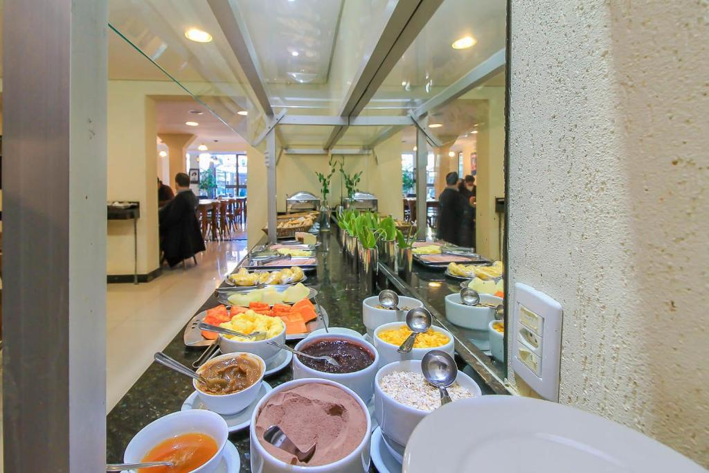 A restaurant or other place to eat at Coral Tower Express Cidade Baixa