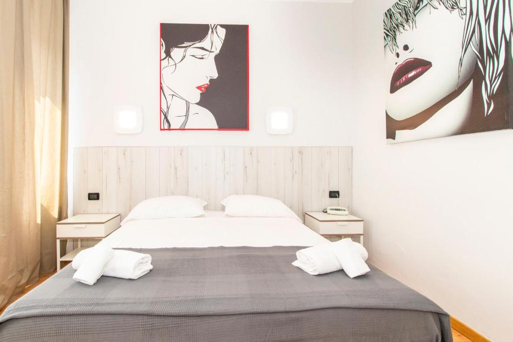 A bed or beds in a room at Hotel Cristallo Torino