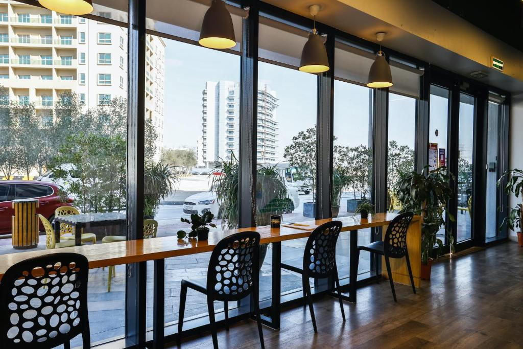 A restaurant or other place to eat at Ensuite Rooms, DUBAI - SK