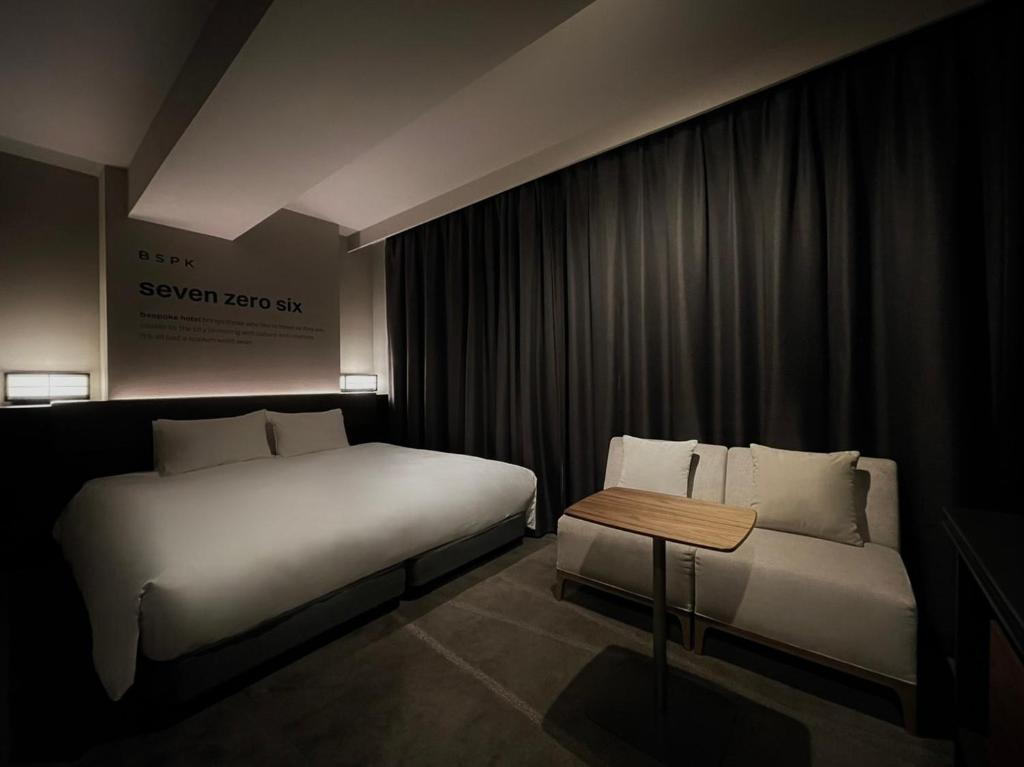 A bed or beds in a room at Bespoke Hotel Shinjuku