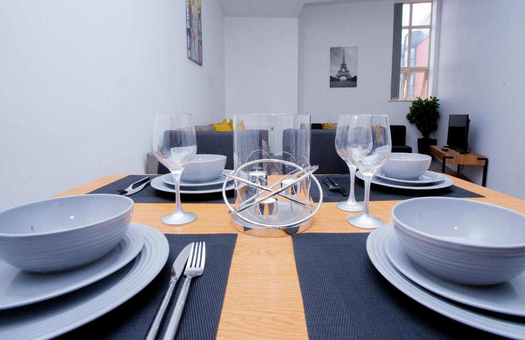 A restaurant or other place to eat at Spacious Urban City Apartment