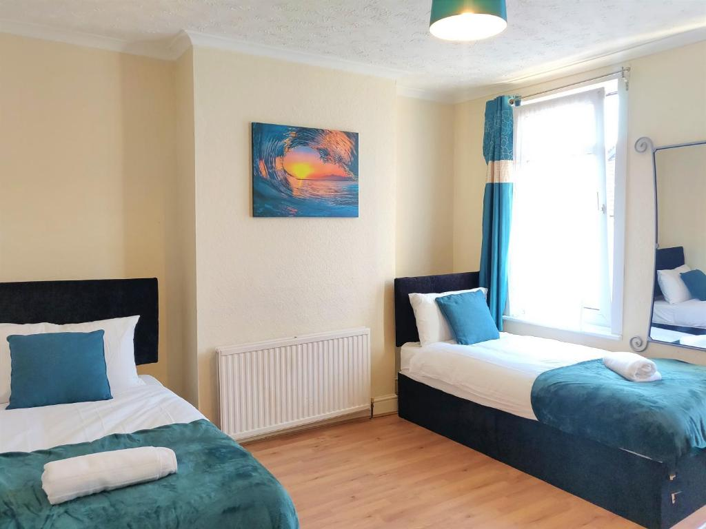 A seating area at Large 3BR House, Central, Free Parking, Long stays sleeps 6