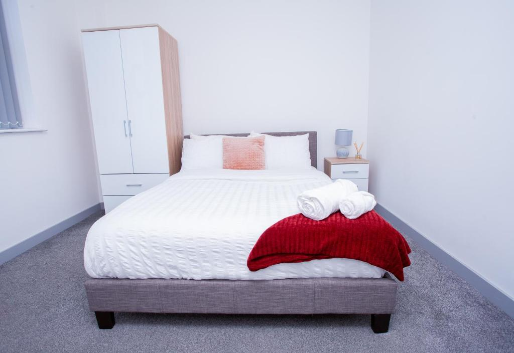 A bed or beds in a room at Cosy Executive City Apartment 2