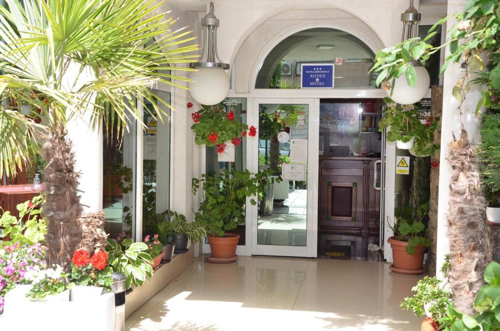 De façade/entree van Hotel Diplomat Plus