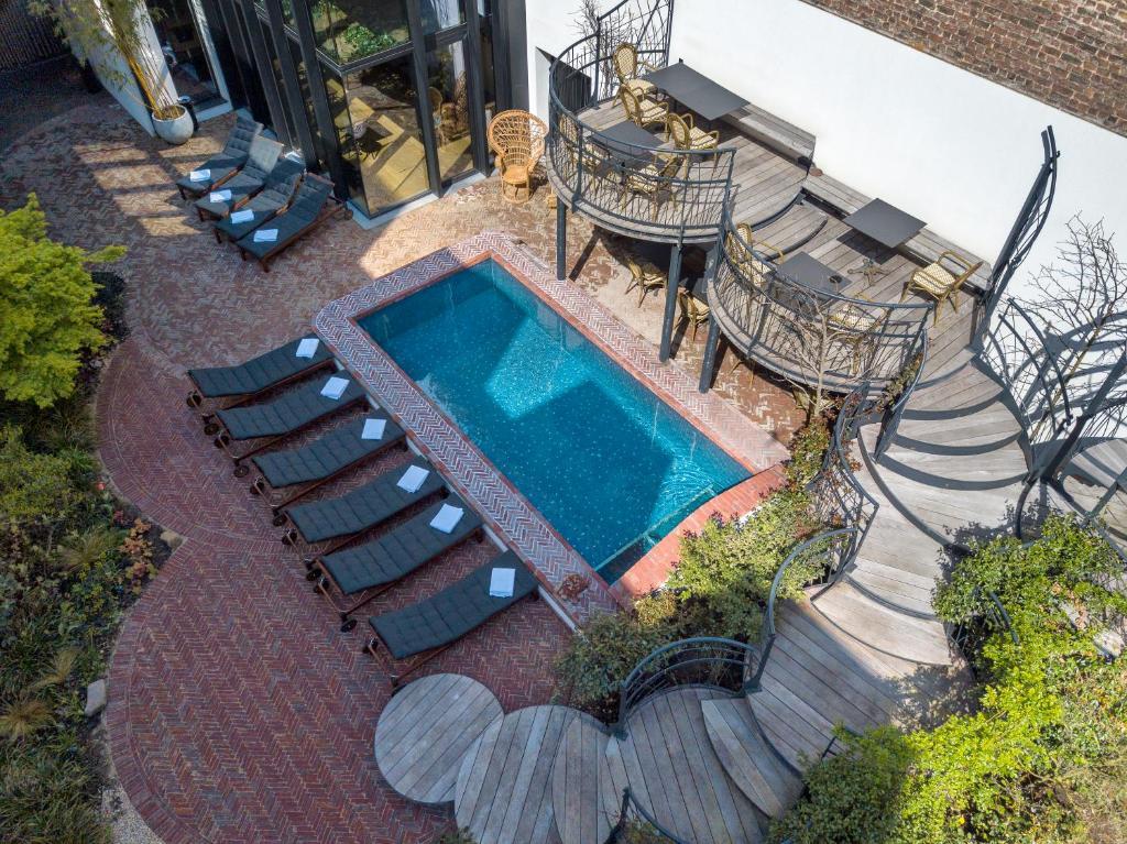 Uitzicht op het zwembad bij Le Berger Hotel of in de buurt