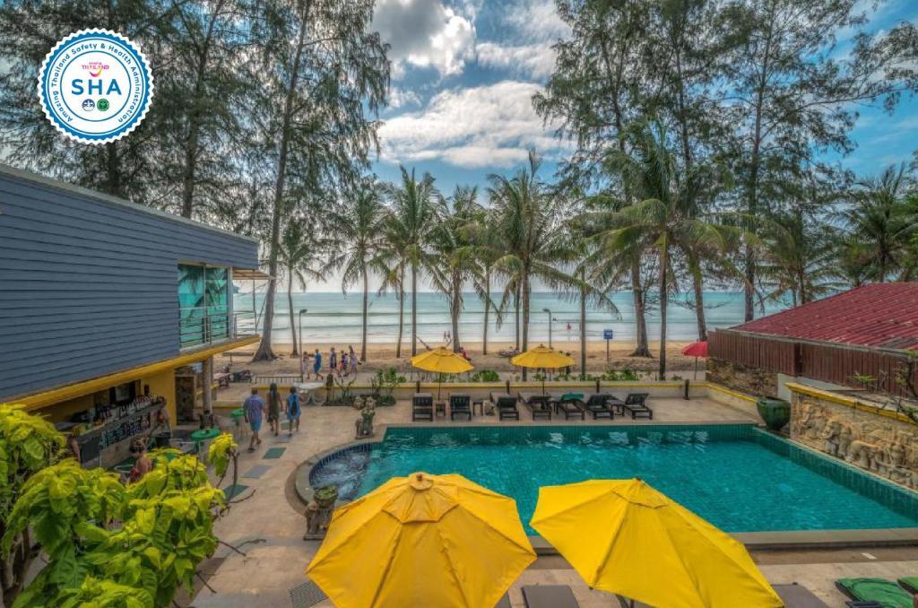 Вид на бассейн в Kamala Beachfront Apartment или окрестностях