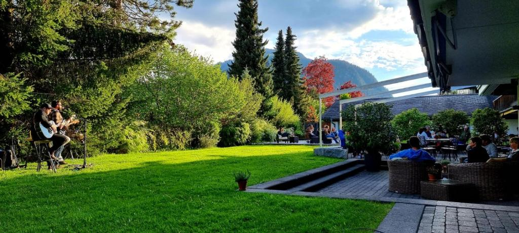 A garden outside Hotel Alpine Lodge