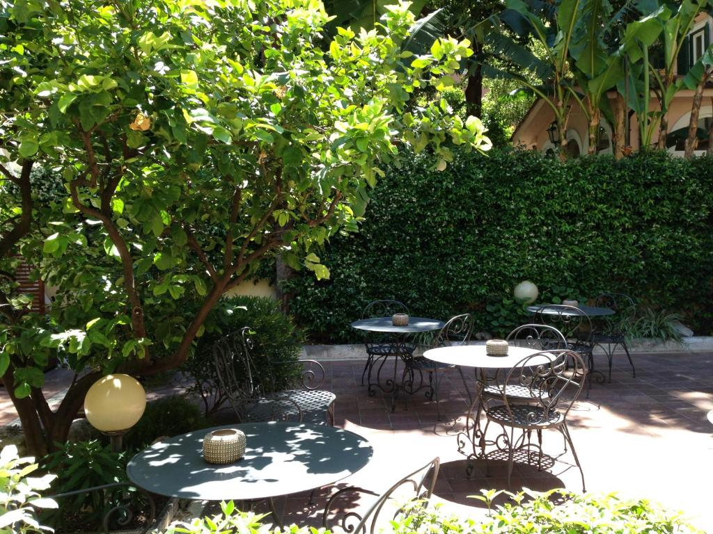 A restaurant or other place to eat at Hotel Select Garden