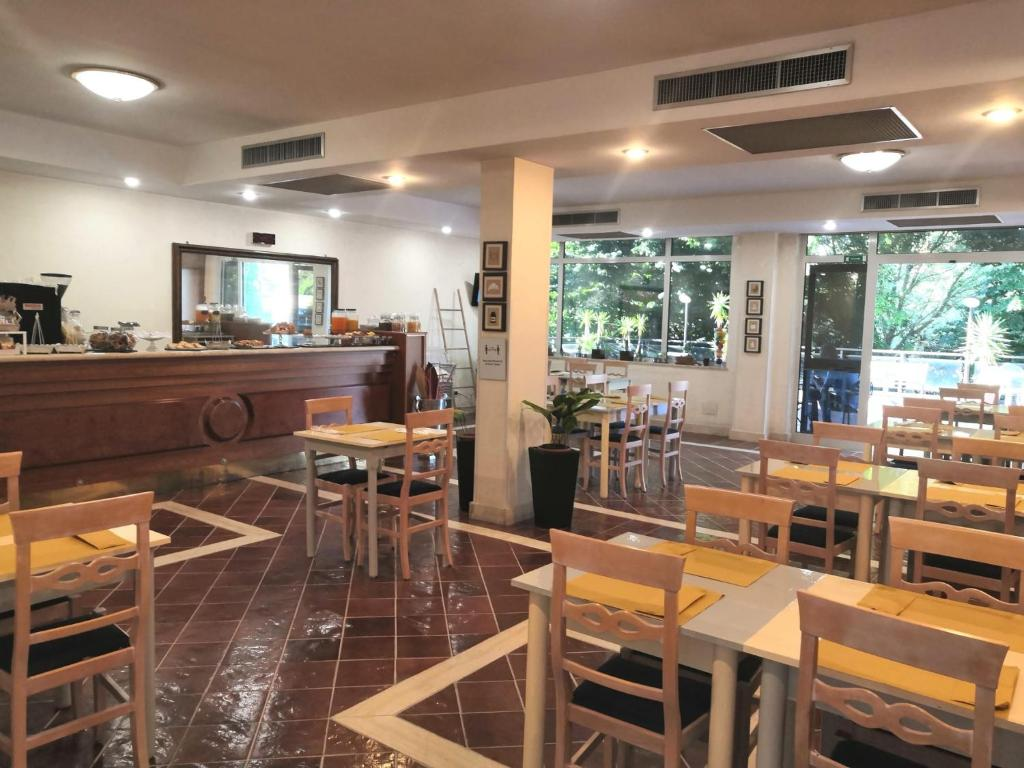 A restaurant or other place to eat at Hotel Torre Di Pratolungo