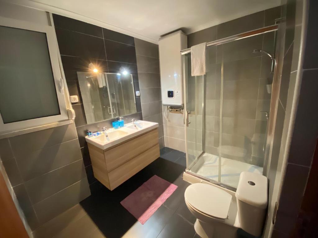 A bathroom at Duplex Perto do Aeroporto