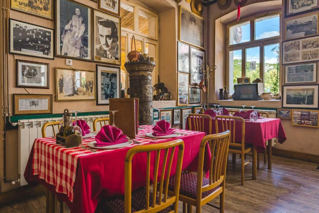 A restaurant or other place to eat at Hotel Pelikan