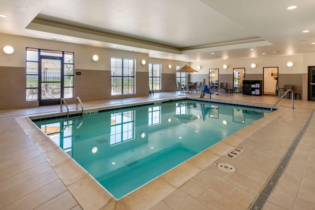The swimming pool at or close to Comfort Suites Broomfield-Boulder/Interlocken