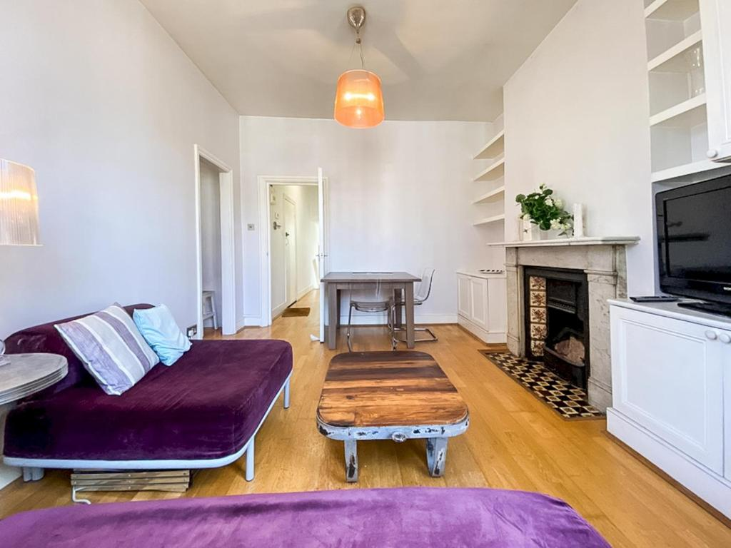 A seating area at Pass the Keys Beautiful 2BD Apart in Hornsey, sleeps 4
