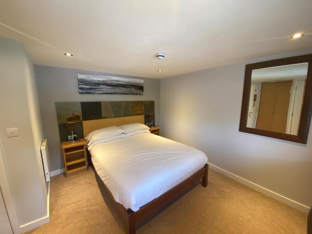 A bed or beds in a room at The King and Queen