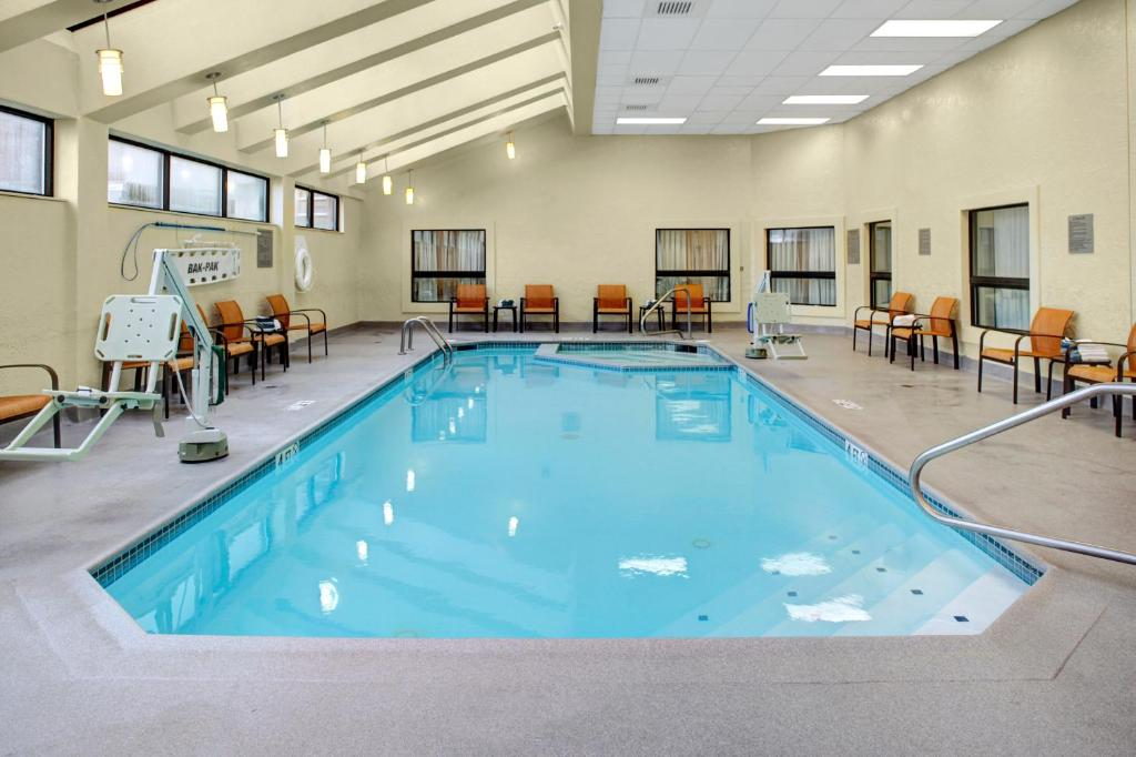 The swimming pool at or near Courtyard Columbus Downtown