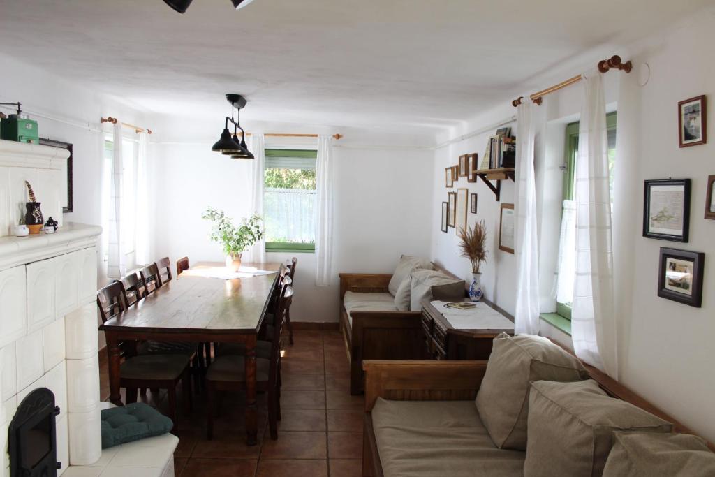 A seating area at Dió-Lak Vendégház