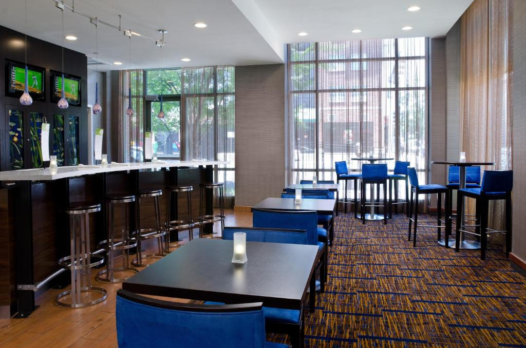 A restaurant or other place to eat at Courtyard by Marriott Birmingham Downtown at UAB