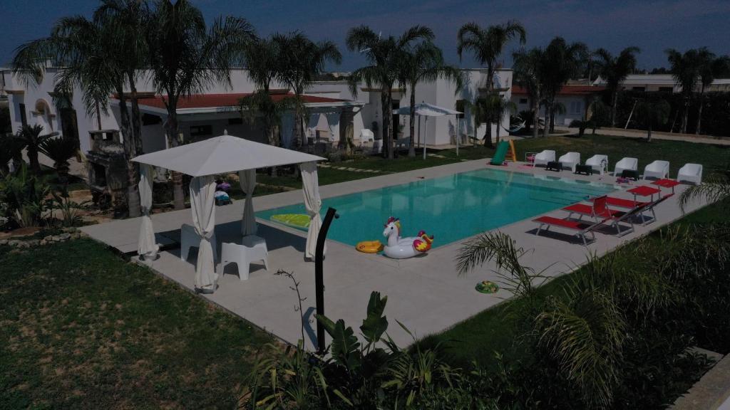 Der Swimmingpool an oder in der Nähe von B&B Corte Salentina