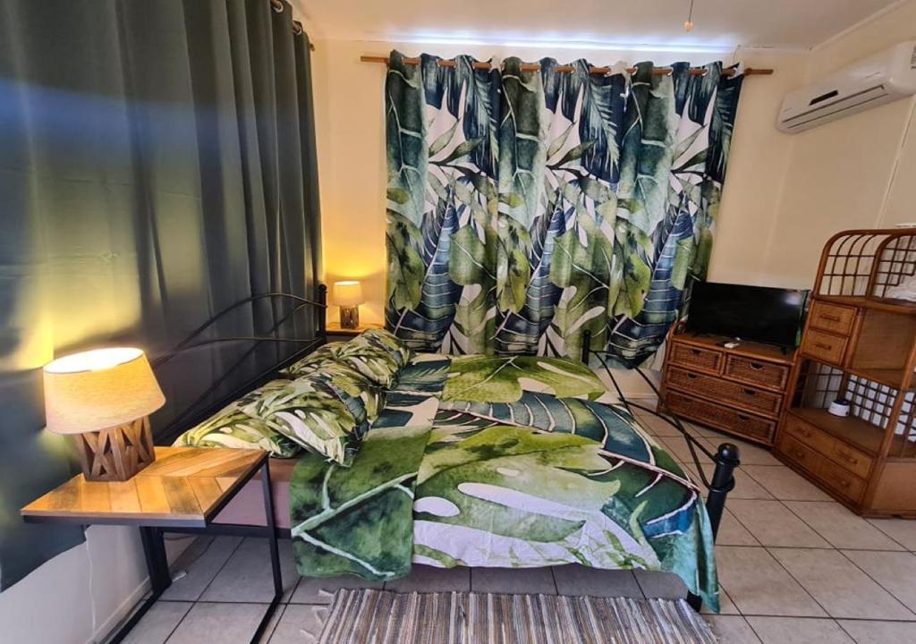 Cama ou camas em um quarto em TEA TAHITI HOLIDAYS - Fare Tea Tahiti