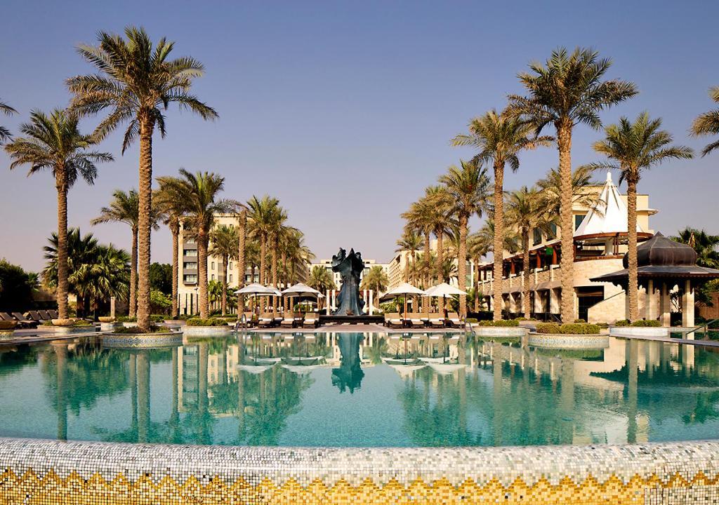 المسبح في فندق ومنتجع جميرا شاطئ المسيلة - الكويت أو بالجوار