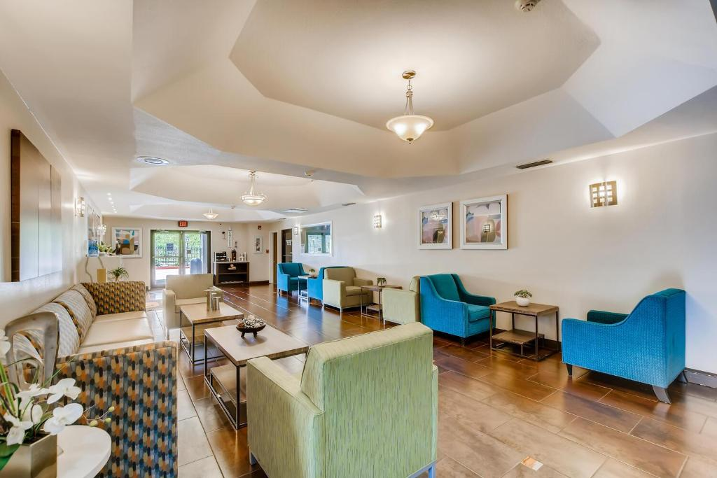 Setustofa eða bar á Orangewood Inn and Suites Midtown