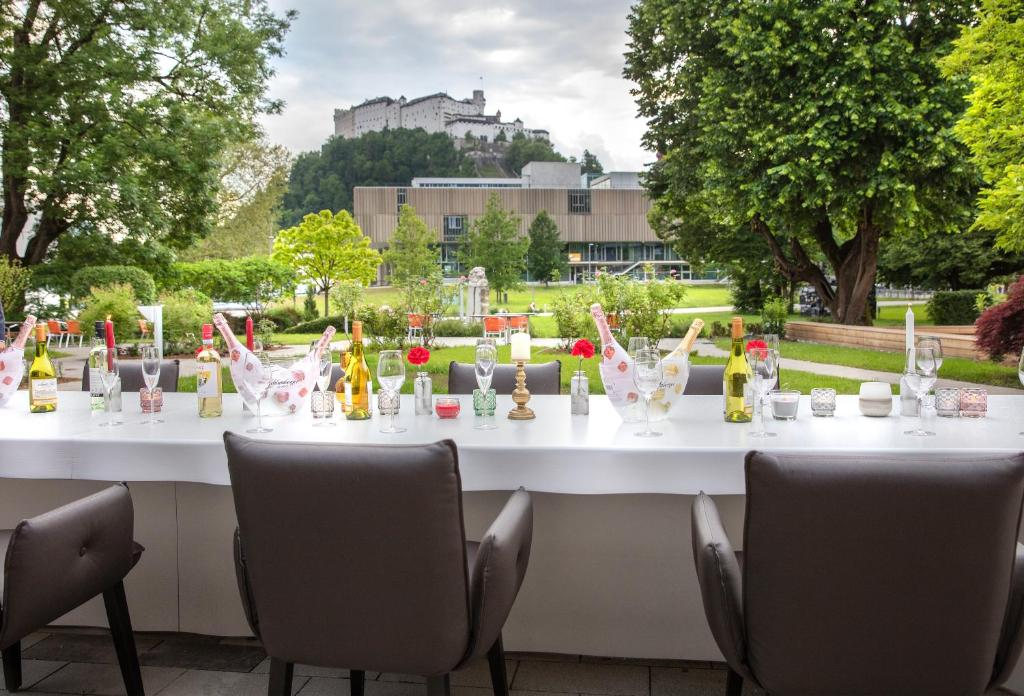 Un restaurante o sitio para comer en JUFA Hotel Salzburg