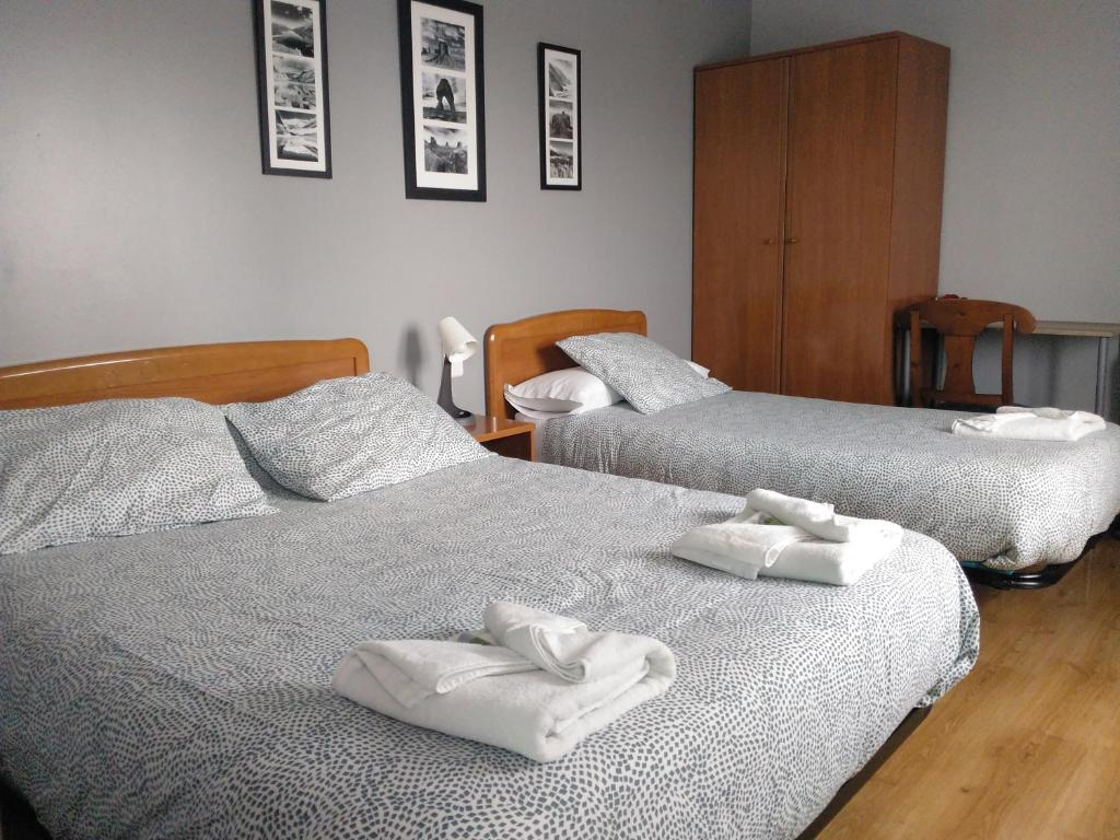 A bed or beds in a room at Hostal La Concha