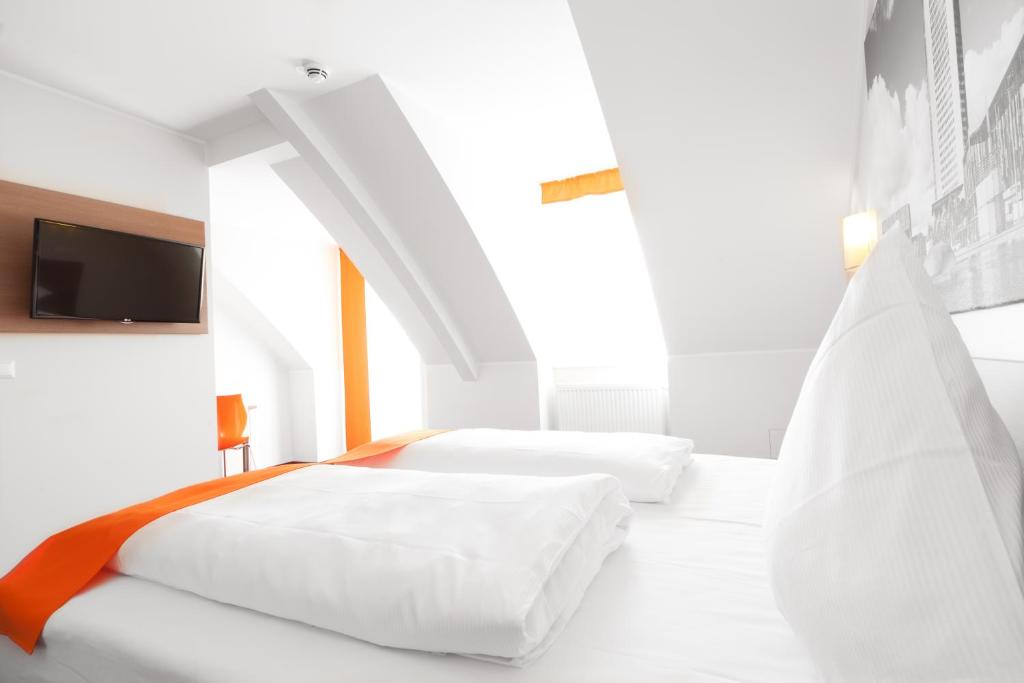 A bed or beds in a room at McDreams Hotel Leipzig