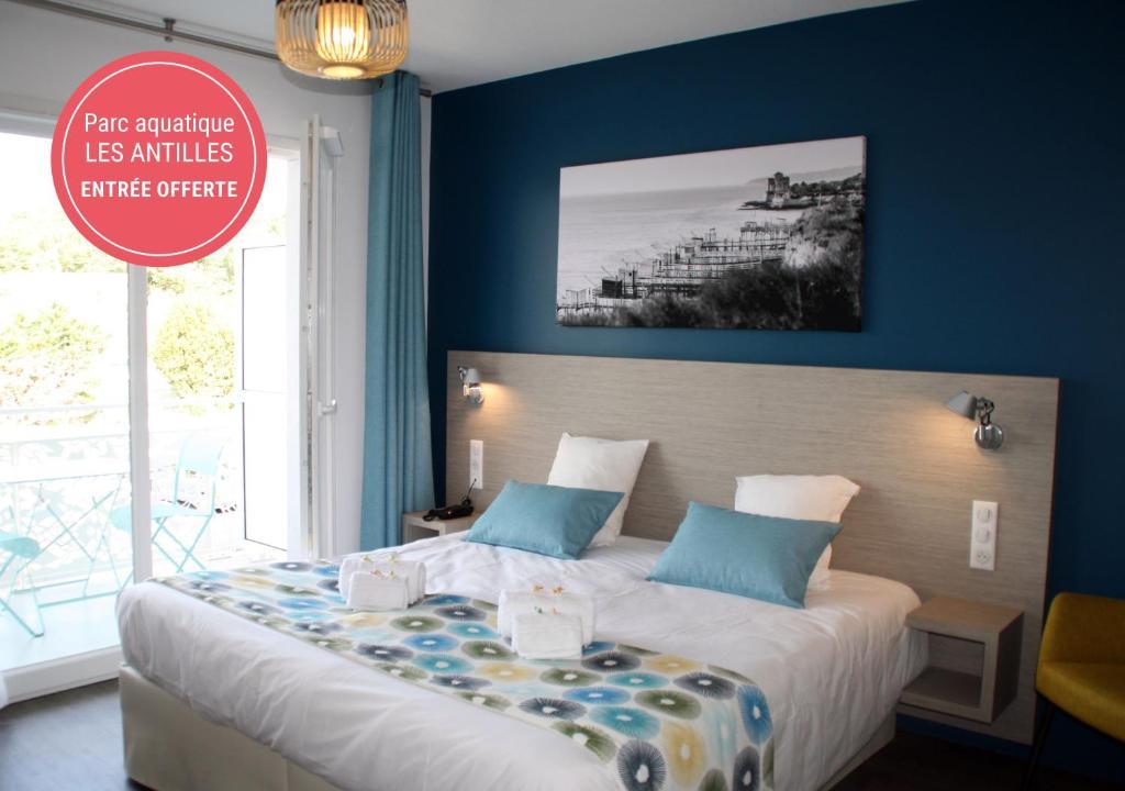 A bed or beds in a room at Résidence Vacances Bleues Les Coteaux de Jonzac