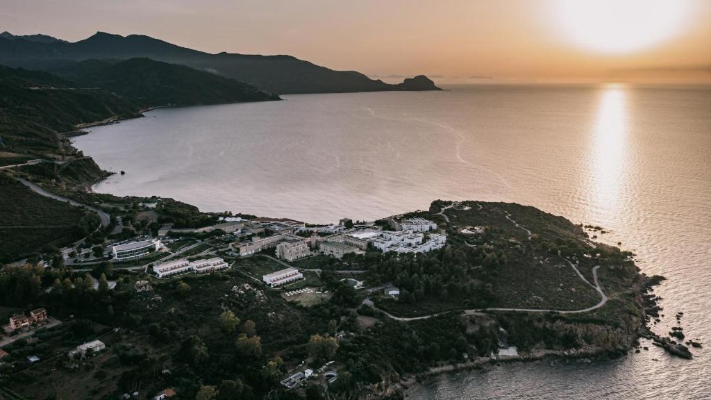 Vista aerea di Pollina Premium Resort