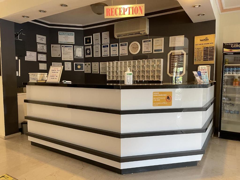 De lobby of receptie bij Miray Hotel Kleopatra