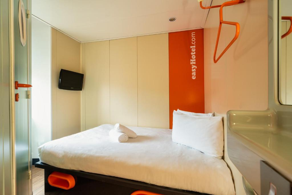 A bed or beds in a room at easyHotel Edinburgh