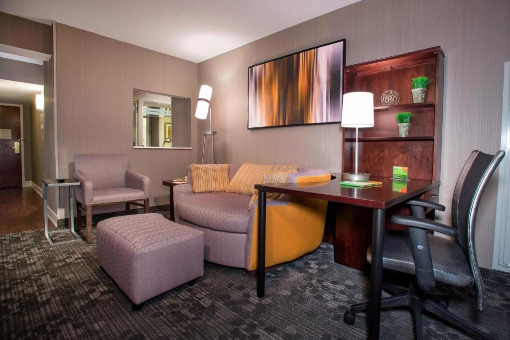 A seating area at Courtyard by Marriott Tysons McLean