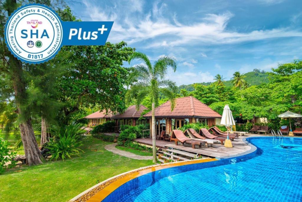 Der Swimmingpool an oder in der Nähe von Thiwson Beach Resort - SHA Plus
